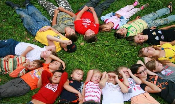 Дети отдыхают в летнем лагере