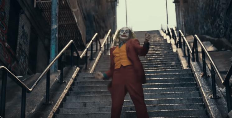 Джокер танцует на ступеньках лестницы