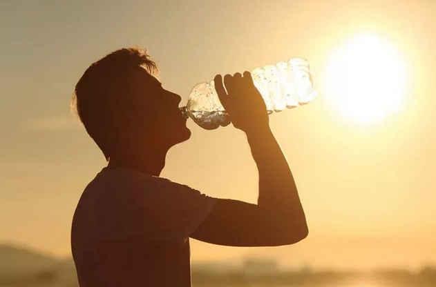 Нужно пить больше воды в душные дни