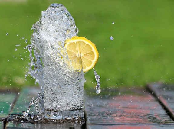 Вода с лимоном от жажды в душный день